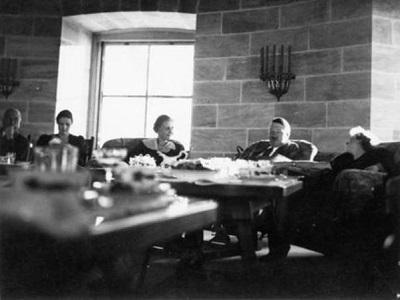 Obersalzberg (Berchtesgaden); Kehlsteinhaus = Teehaus Kehlstein; Besuch von Magda Goebbels u.Familie Mitford 21. Oktober 1938; Gruppenbild(Hitler in Anzug; in e.Sessel sitzend; im Gespr‰ch m.Braun); Bormann, Gerda [Erzieherin 1909-1946]; Braun, Eva [Angestellte 1912-1945]; Goebbels, Magda [1901-1945]; Hitler, Adolf [Politiker 1889-1945]<BR>Aufnahmedatum: 1938/1939<BR>Material/Technik: Fotografie<BR>Hˆhe x Breite 9 x 9 cm<BR>Inventar-Nr.: 20831