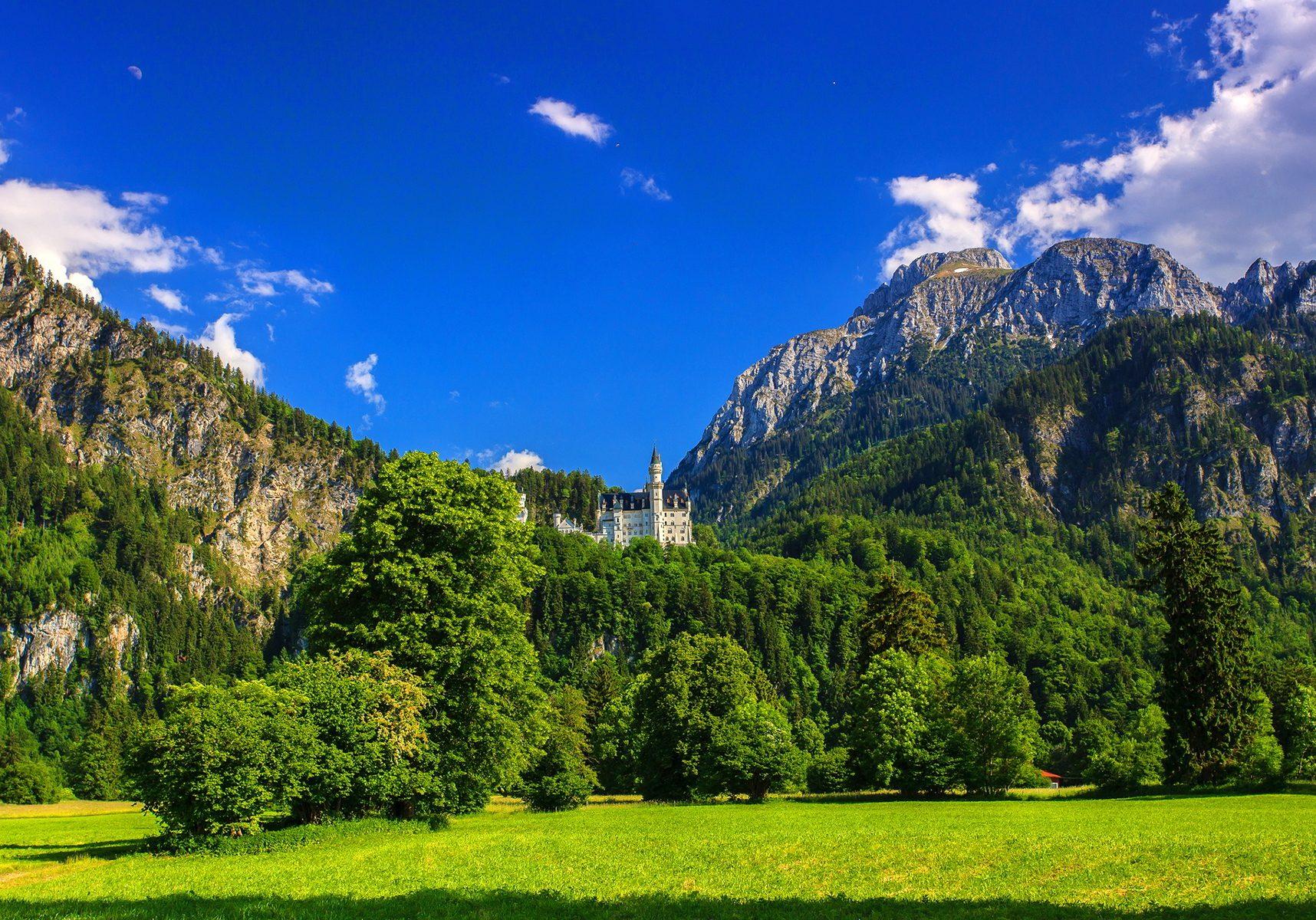 6996771-castle-neuschwanstein-bavaria